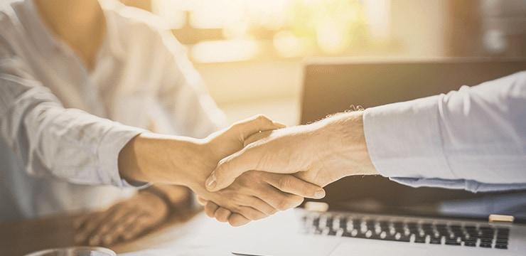顧客と握手をするイメージ画像